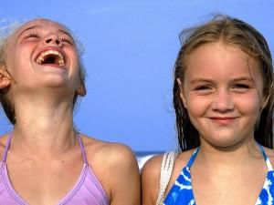 bambini ridere, linguaggio del corpo